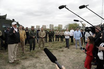 """Según reportes de prensa, al salir de Washington hacia Texas, Trump volvió a decir que no descarta declarar una """"emergencia nacional"""" por lo que llama crisis migratoria y la negativa del Congreso para aprobar los fondos."""