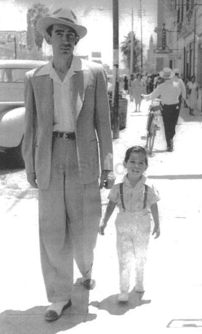 Elías Aguilar Rodríguez y su hijo, Isidro Alejandro Aguilar Romero, en 1954.