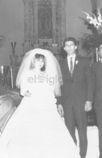 Lucila Chairez Guerrero y Raúl Héctor Cano Holguín en la Iglesia de Guadalupe en Gómez Palacio en 1964.