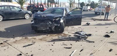 Debido al impacto los conductores perdieron el control de las unidades, afectando a una camioneta que circulaba por la zona.
