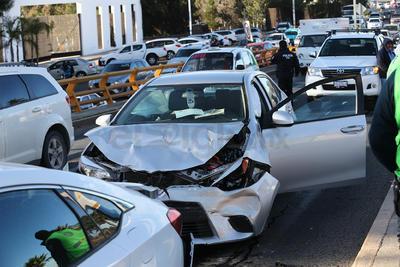 El percance arrojó considerables daños materias, así como a una persona lesionada.
