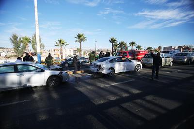 Por lo menos seis automóviles se vieron involucrados en una colisión de tipo carambola.
