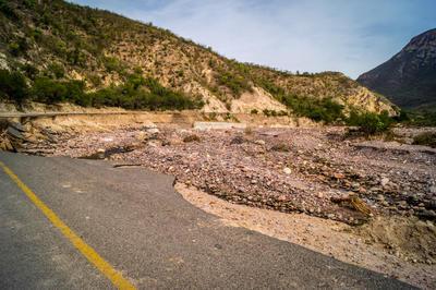 Ya va para tres meses del daño que se registró en la carretera Mezquital-Huazamota y las cosas siguen igual en el lugar.