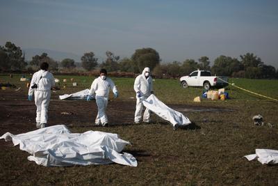 En la zona cero de esta explosión, una de las mayores tragedias de las últimas décadas en México, los peritos cubren los cuerpos con sábanas blancas, para posteriormente llevarlos a institutos forenses y funerarias.
