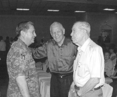 En amena plática en agosto de 2016, el Gral. de División D.E.M. Juan Manuel Díaz Organitos, Valente Enríquez Mestas y Ramón Iriarte Maisterrena.