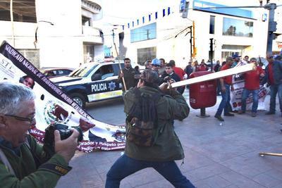 A pesar de que unidades de la policía se encontraban en el lugar, los involucrados arremetieron unos contra otros.