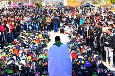 El evento estuvo a cargo de los sacerdotes José Suárez y Adolfo Huerta, quienes llevaron a cabo la Bendición de los Cascos.