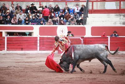 """Aunque la intención de Alfredo Ríos """"El Conde"""" era llevarse un triunfo en su última corrida en la Plaza de Toros Alejandra, solo se llevó un puño de tierra."""