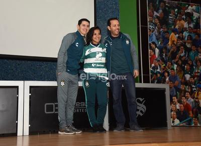 Katia Estrada llega proveniente de las Rayadas del Monterrey.