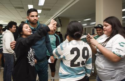 La partida de los Guerreros trajo recuerdos de su marcha a Toluca para traerse el trofeo del Clausura 2018, pues los abiverdes fueron recibidos en el Aeropuerto Internacional Francisco Sarabia entre cánticos, porras y aficionados que se enfilaron para saludar los jugadores y tomarse fotografías del recuerdo.