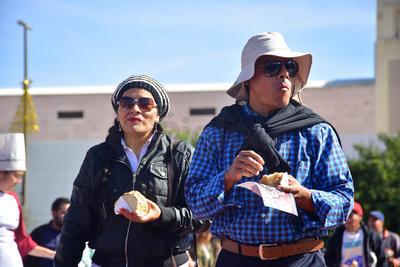 Este domingo laguneros pudieron probar la mega rosca de Reyes.