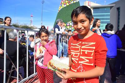 Pequeños con la Rosca de Reyes.
