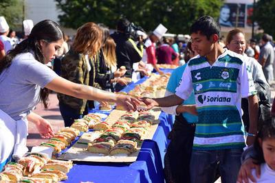 En el Día de Reyes, ciudadanos acudieron por un pedazo de rosca.