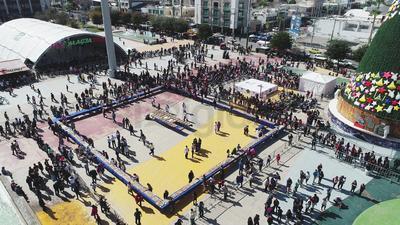 En el marco de la celebración del Día de Reyes, esta tarde inició la repartición de la 'Rosca de Reyes más grande de La Laguna'.