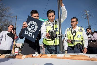 Los más de dos mil metros de esta rosca, certificados por Guinness World Record, superaron por mucho la anterior marca de 973.24 metros de longitud, la cual se había conseguido en Suiza, según datos del adjudicador oficial Carlos Tapia.