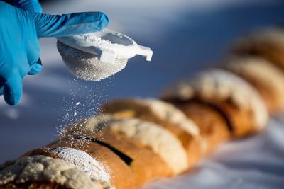 Para esta rosca de Reyes se utilizaron dos toneladas de harina, 10 mil huevos, 350 kilogramos de margarina, 156 kilogramos de ate, 16 litros de vainilla, 18 litros de azahar, 25 kilogramos de levadura, 150 kilogramos de manteca, 700 kilogramos de azúcar, así como 7 mil figuras de niños Dios.