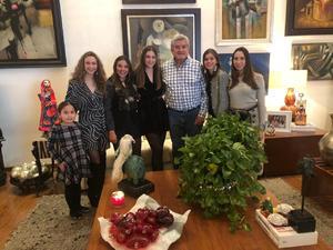 07012019 CENA NAVIDEñA.  Fernando González Ruiz con Jimena, su nieta, Ivanna, Pía, Aitanna, Rosé y Luciana.