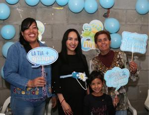 10012019 FIESTA DE CANASTILLA.  Perla Hurtado se convertirá en mamá a mediados de marzo de un lindo niño al que bautizará con el nombre de Nicolás. En la imagen, la acompañan su cuñada, Lupe, su sobrina, Gina, y su mamá, Guadalupe.