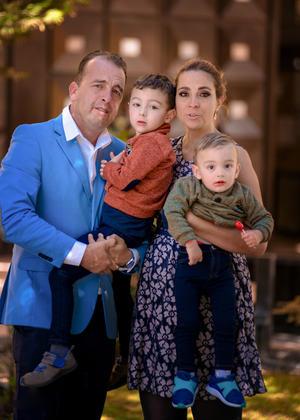 Julian Flores,Pily Munoz con sus hijos Enrique y Julian.