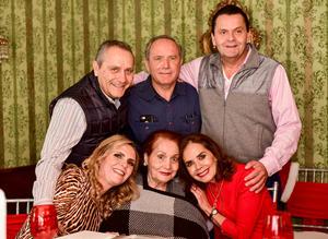 Dona Elena con sus hijos Javier,Ricardo,Daniel,Ana Luisa y Pecky.