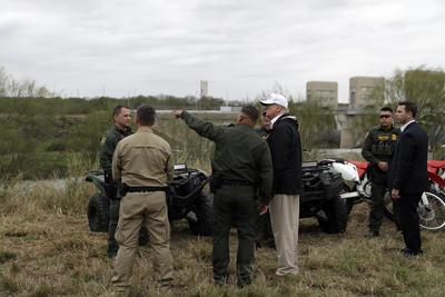 Apenas este miércoles, el mandatario sostuvo una fracasada reunión con los líderes demócratas Nancy Pelosi (Cámara de Representantes) y Chuck Schumer (Senado) para tratar de obtener 5.7 mil millones de dólares para construir la valla.
