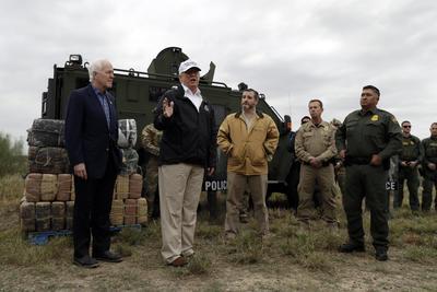 """Habló de la negativa demócrata para otorgarle recursos para la construcción del muro, """"ellos no quieren escuchar muro, y está bien, le llamaremos barrera, y que sea de acero, ya no de concreto, si no quieren escuchar muro, lo queremos de acero""""."""
