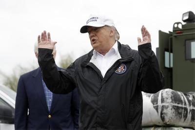 """Se refirió al tratado entre México, Estados Unidos y Canadá (T-MEC) como """"fabuloso"""" y sostuvo que si el Congreso de su país lo aprueba se pagará el muro a través de este acuerdo comercial. """"No quiero decir que me dará un cheque, sino que será pagado a través del nuevo acuerdo"""", puntualizó."""