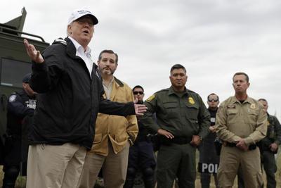 Acompañado por el senador republicano Ted Cruz y autoridades del gobierno texano, Trump se reunió con trabajadores de la Patrulla Fronteriza en uno de los puestos de vigilancia y elogió su trabajo para frenar el paso de inmigrantes indocumentados.