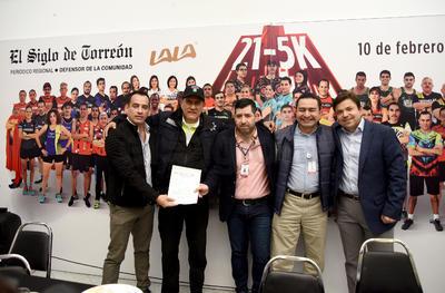 Autoridades y organizadores presentaron la 21 - 5 K El Siglo de Torreón, en las instalaciones de esta casa editora, como parte del Reto Laguna.