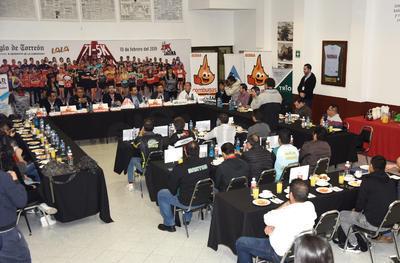 Se hicieron acompañar de Alfredo Alemán Baños, de Carreras Laguna; Moisés Arce Daher, director del Instituto Municipal del Deporte; Pedro Luis Bernal Espinosa, director de Tránsito y Vialidad de Torreón y el doctor Jorge Rodríguez Robles de AR Médica.