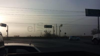 Así se apreció la neblina en cruce de calle Tamazula y Piedras Negras en Parque Industrial de Gómez Palacio.