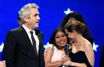 """En las dos ocasiones que Alfonso Cuarón subió al escenario, agradeció tanto a Marina de Tavira y Yalitza Aparicio, protagonistas de """"Roma"""". Incluso, dijo que ellas eran """"Roma"""". También mencionó el apoyo de su familia y de México."""