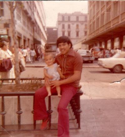 Carlos Rodríguez Macías con su hija, Diana, en la Ciudad de México en 1975.