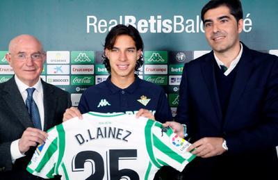 El Real Betis presentó de manera oficial este martes al mediocampista mexicano Diego Lainez, tras haber estado en su primer entrenamiento bajo el mando del técnico Quique Setién.