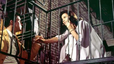 Esta cinta -West Side Story- es en realidad la adaptación de una obra de Broadway que narra una historia de Romeo y Julieta moderna. Los protagonistas son Maria y Tony, dos miembros de pandillas rivales que se enamoran trágicamente.