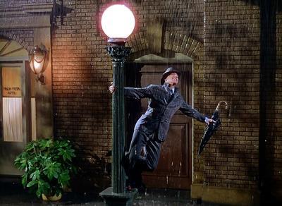 Gene Kelly, Donald O'Connor y Debbie Reynolds protagonizan esta comedia dramática sobre Don Lockwood, una estrella del cine mudo, que ve como la industria cambia con la llegada del cine sonoro. ¿Cómo olvidar la escena del baile en la lluvia?