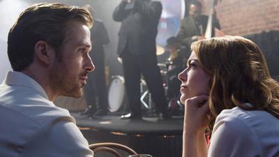 Damien Chazelle nos devolvió la magia de los musicales clásicos con esta historia de amor entre Mia (Emma Stone), una joven aspirante a actriz, y Sebastian (Ryan Gossling), un pianista desempleado. La La Land te hará suspirar, reír y llorar, ya que es toda una montaña rusa de emociones.