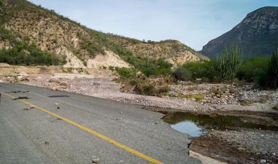 Los conductores dicen tener temor de que la carretera continúe desmoronándose.