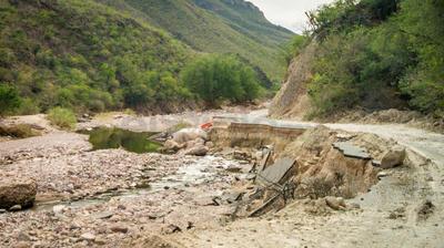 La fractura fue ocasionada por la fuerte corriente del río, eliminando más de un carril de circulación.