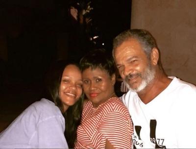 La cantante Rihanna denunció a su padre por aprovecharse, presuntamente y sin permiso, de su nombre así como de algunas de sus marcas registradas para intentar hacer negocios, informaron ayer los portales de noticias de famosos TMZ y The Blast.  En esta demanda presentada en una corte federal de California, Estados Unidos, la cantante Rihanna asegura que su padre, Ronald Fenty, creó una empresa llamada Fenty Entertainment con la que se ha hecho pasar por intermediario de ella para tratar de ganar dinero.