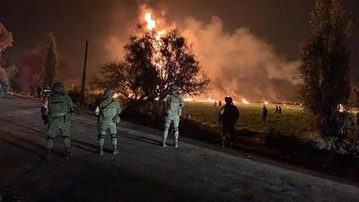 Personal especializado de Petróleos Mexicanos, en coordinación con las autoridades, atendieron el incendio ocasionado por una toma clandestina en el ducto Tuxpan-Tula, en el kilómetro 226.
