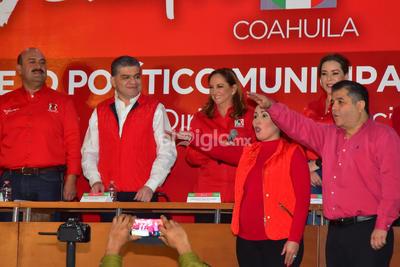 Olmos estuvo acompañado por el gobernador de Coahuila, Miguel Riquielme, y la presidenta nacional del PRI, Claudia Ruiz-Massieu.