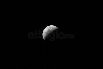 Dicha sombra tiene una parte más oscura conocida como umbra y una región más clara llamada penumbra.