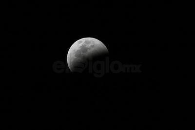 En un eclipse total de Luna, la Tierra se interpone entre el Sol y la Luna proyectando una sombra hacia nuestro satélite natural.