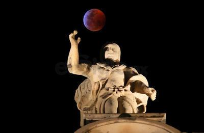 """El fenómeno provocó que la Luna se tornara rojiza, motivo por el cual se le denomina comúnmente """"Luna roja o de sangre"""", lo anterior debido a que la atmósfera de la Tierra dispersa los componentes de la luz solar y sólo deja pasar la luz roja que se refleja en el satélite."""