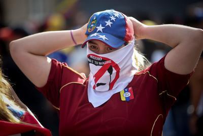 Se vive tensión en Venezuela; chavistas y oposición toman las calles