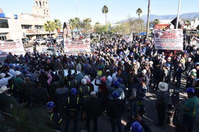 Miles de ciudadanos se dieron cita convocados por el secretario general estatal de morena, José Guadalupe Céspedes Casas, y por el dirigente local del partido político, Jesús Rivera García.