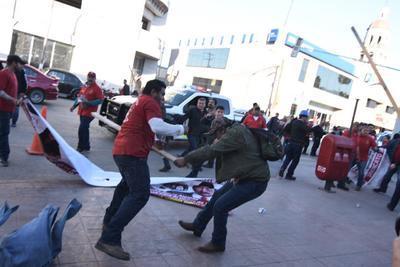 Los grupos se agredieron con palos.