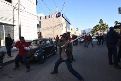 Trabajadores de Altos Hornos de México (AHMSA) pertenecientes a las secciones 147 y 288 del sindicato Democrático y simpatizantes de los mismos gremios del Minero Nacional, se enfrentaron a golpes.
