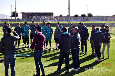 El técnico nacional habló frente al grupo albiverde previo a su jornada de entrenamiento.